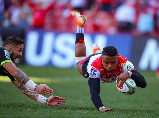 Try time for Aphiwe Dyantyi of the Emirates Lions during the Super Rugby match between Emirates Lions and Hurricanes at Emirates Airline Park on June 08, 2019 in Johannesburg, South Africa. (Photo by Gordon Arons/Gallo Images)