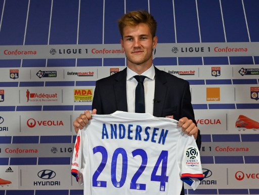 Danish defender Joachim Andersen poses for a photo with his new jersey of the Olympique Lyonnais during a press conference on July 12, 2019, at the Groupama Stadium in Decines-Charpieu near Lyon, central-eastern France. (Photo by PHILIPPE DESMAZES / AFP)