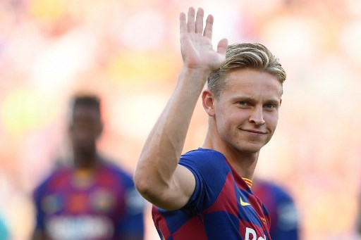 Barcelon's Dutch midfielder Frenkie de Jong waves before the 54th Joan Gamper Trophy friendly football match between Barcelona and Arsenal at the Camp Nou stadium in Barcelona on August 4, 2019. (Photo by Josep LAGO / AFP)