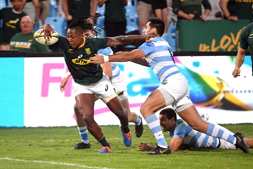 S'bu Nkosi of the Springboks gets past Jeronimo de la Fuente of Argentina during the Farewell Test match between South Africa and Argentina at Loftus Versfeld