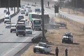 KYK: Bus veroorsaak verwoesting op die snelweg terwyl hy omgekeer beweeg - Citizen