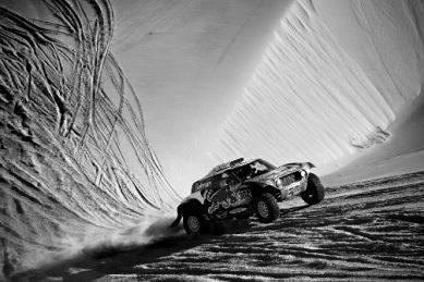 Peterhansel sneaks stage win as Sainz takes lead into Dakar finale