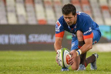 WATCH: Blue Bulls fly-half Morne Steyn teaches Phakaaathi how to kick a rugby ball!