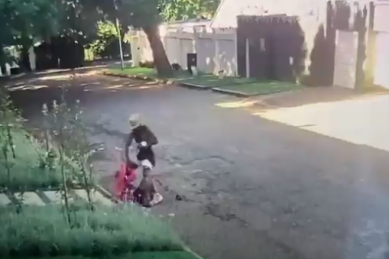 WATCH: Man picks wrong day to rob woman in Parkhurst