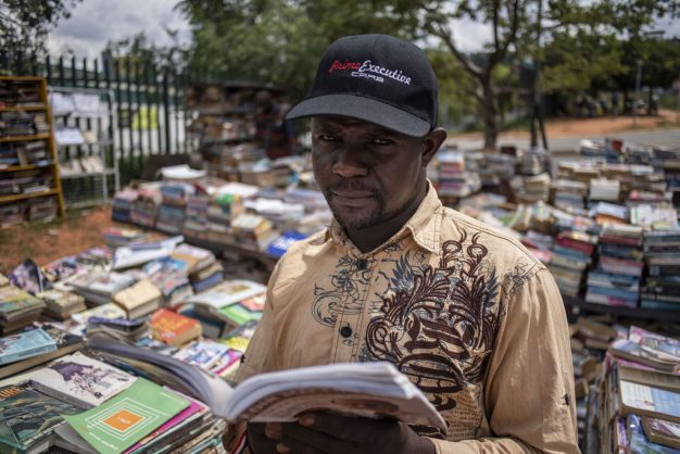 Video: Pavement book seller brings books to the suburbs
