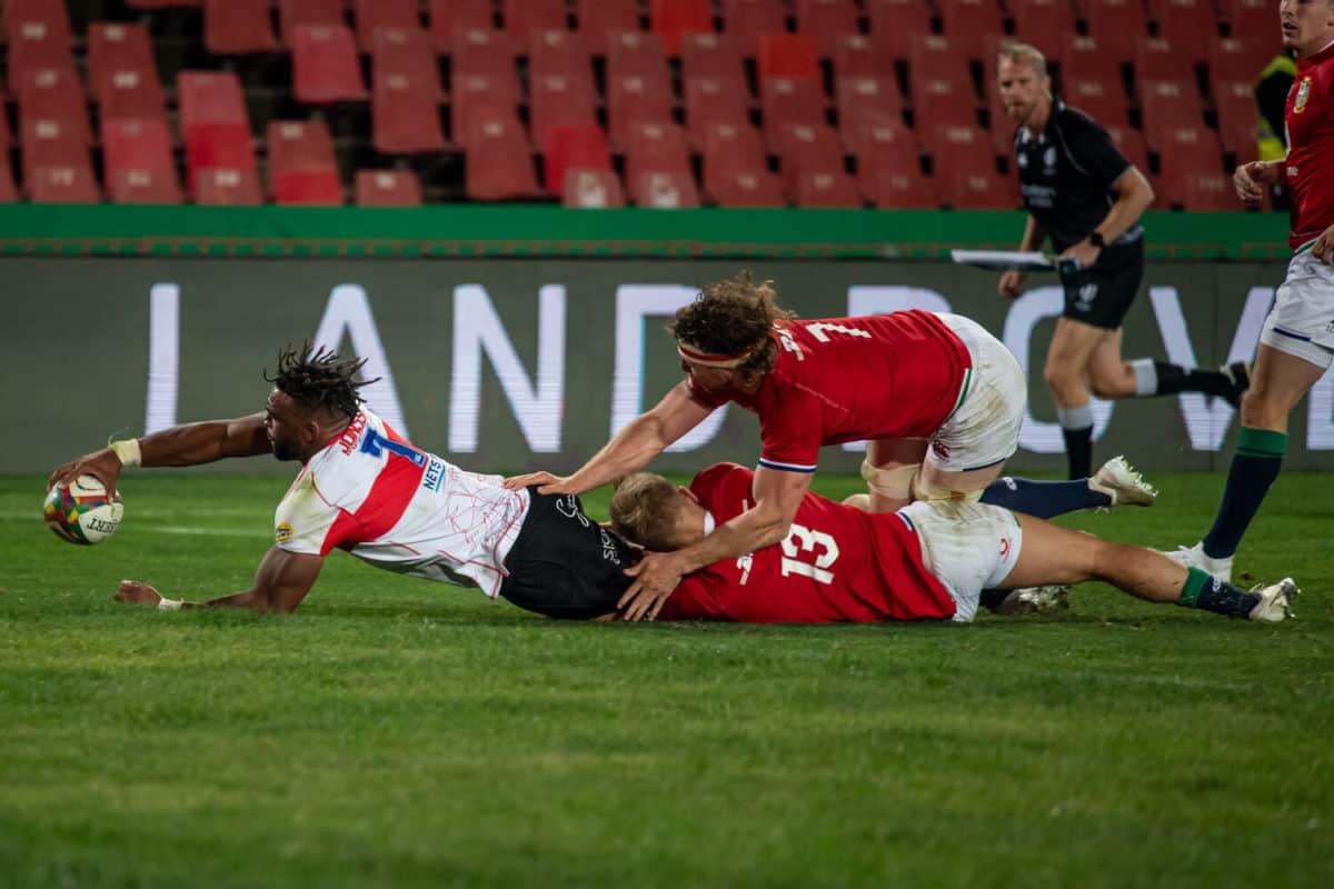 Lions flank Vincent Tshituka scores a try